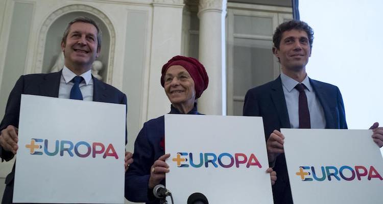 Emma Bonino, Benedetto Della Vedova e dal segretario di Radicali italiani Riccardo Magi mostrano un cartello durante la conferenza stampa +Europa  a Roma, 23 novembre 2017. ANSA/MASSIMO PERCOSSI